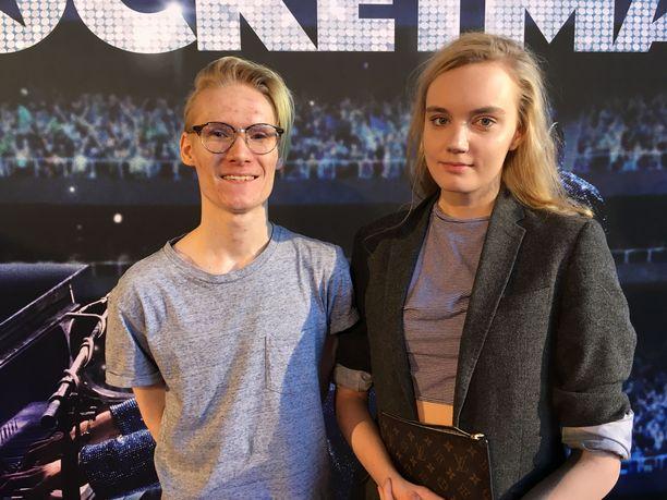Tubettaja Mikael Hertell ja hänen kihlattunsa Roosa Sandelin Rocketman-kutsuvierasensi-illassa.