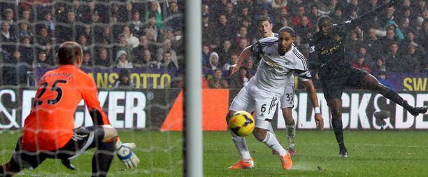 Yaya Touré ampuu Manchester Cityn 2–1-johtomaalin Swansean puolustuksen kautta verkkoon.