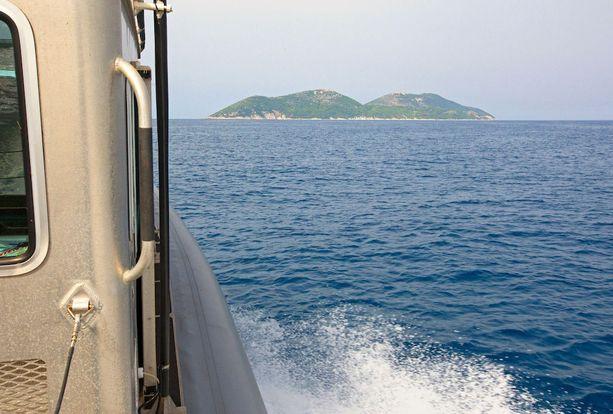 Etualalla siintää pitkään siviileiltä suljettuna ollut Sazanin saari.