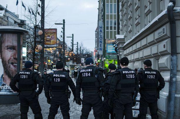 Poliisit valvovat Rajat kiinni-mielenosoitusta Tampereella tammikuussa 2016. Poliisille on tullut runsaasti lisätehtäviä pakolaiskriisin myötä.