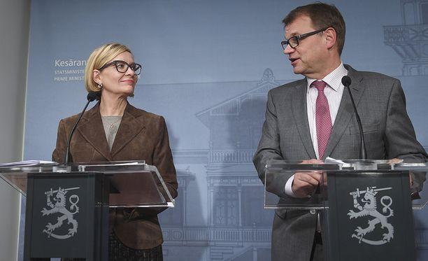 Pääministeri Juha Sipilä ja sisäministeri Paula Risikko kehuivat sivullisten ihmisten toimintaa Turun iskun aikana.