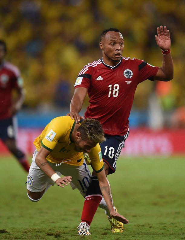 Neymar kaatui iskun voimasta maahan.