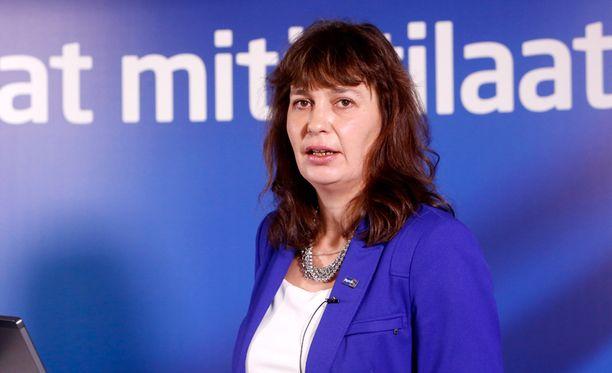 Puoluesihteeri Riikka Slunga-Poutsalo sanoo, ettei muilta kiireiltään ehdi paljastuskirjaa heti lukea.
