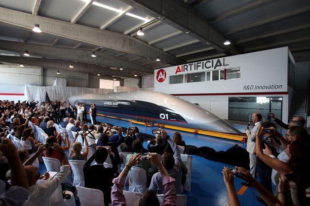 Hyperloop esiteltiin yleisölle 2. lokakuuta Espanjassa. Kuljetuskapselin nopeus voi olla jopa 1000 kilometriä tunnissa.