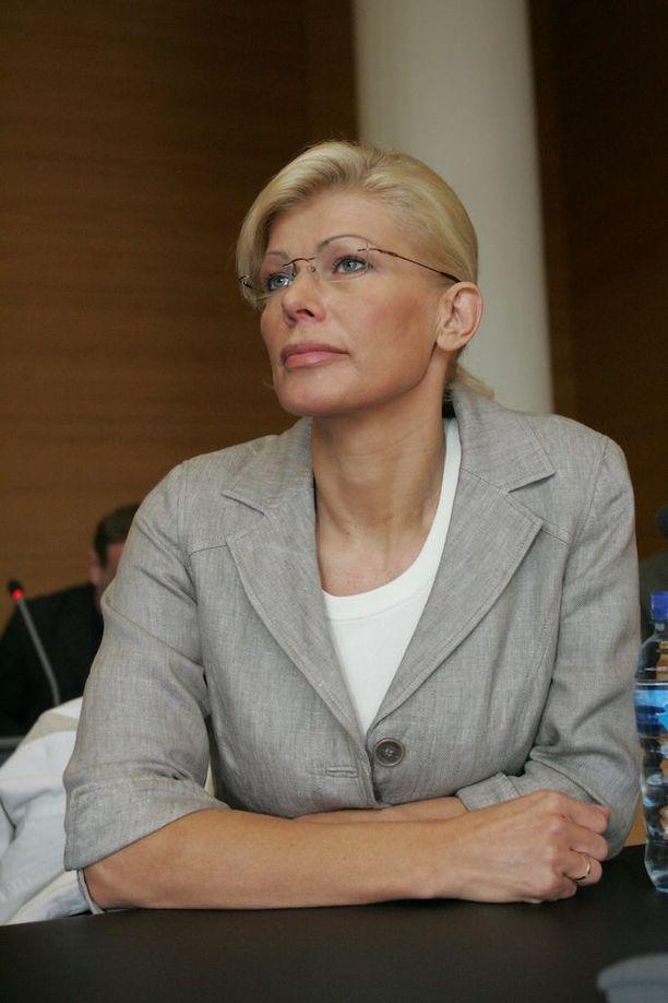Oikeussalikin on tullut Tiina Jylhälle moneen otteeseen tutuksi. Tässä hän istuu oikeudessa vuonna 2007. Helsingin käräjäoikeus langetti Jylhälle yhdentoista kuukauden ehdollisen tuomion kahdesta törkeästä veropetoksesta ja kahdesta kirjanpitorikoksesta.