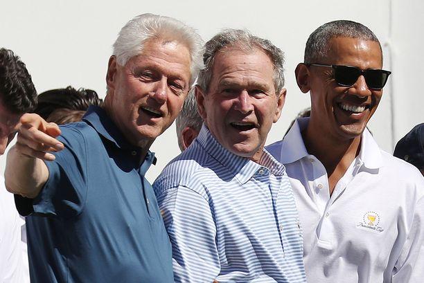 Ex-presidentit Bill Clinton (vas.), George W. Bush (kesk) ja Barack Obama haluavat kannustaa yhdysvaltalaisia ottamaan koronarokotteen.