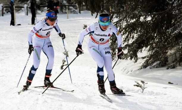 Krista Pärmäkoski (edessä) ja Kerttu Niskanen hiihtivät vuorovedolla maanantaina Sveitsissä.