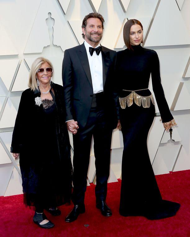 Bradley Cooper toi Oscar-gaalaan sekä äitinsä että kumppaninsa. Irina Shayk on ollut Cooperin kanssa vuodesta 2015. Pariskunnalla on yksi yhteinen lapsi.
