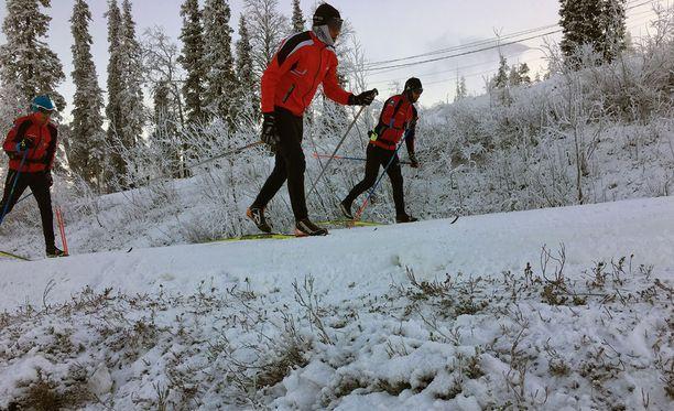 Oloksella hiihdetään tykkilumella.