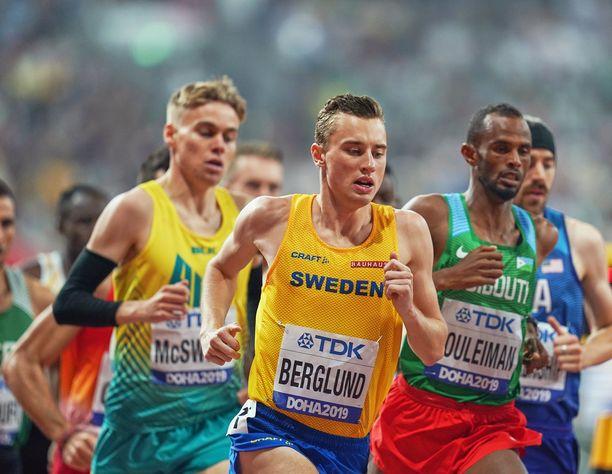 Kalle Berglund (edessä) juoksi huippuajan sunnuntaina Dohassa.