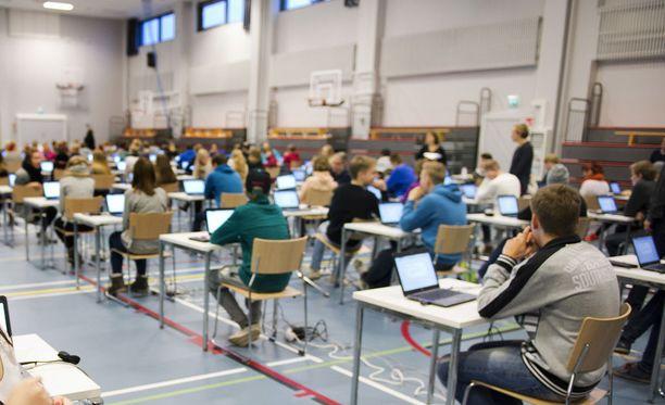 Digitaalista yo-koejärjestelmää on testattu ja harjoiteltu lukioissa laajasti. Kuvassa Ylöjärven lukion oppilaita.
