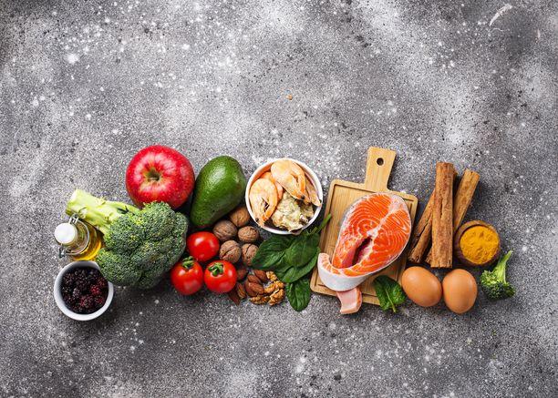 Muistiystävällinen ruoka on värikästä ja monipuolista. Kuvassa sitä kaikkea: kasviksia, hedelmiä, kalaa, mereneläviä, mausteita, pehmeitä rasvoja ja pähkinöitä.