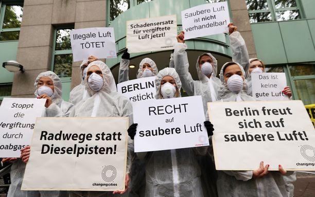 Joukko mielenosoittajia Berliinissä puhtaamman ilman puolesta ja dieselpäästöjä vastaan. Saksa on rajoittamassa autoilua vanhoilla dieselmoottoreilla useammassa kaupungissa niiden aiheuttamien päästöjen vuoksi.
