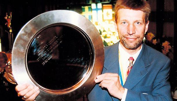 VALMENTAJA Vuonna 1996 Sutinen palkittiin ansioituneesta nuorisotyöstä. Sutisen valmentama nuorten maajoukkue voitti -95 jääkiekon EM-kultaa.