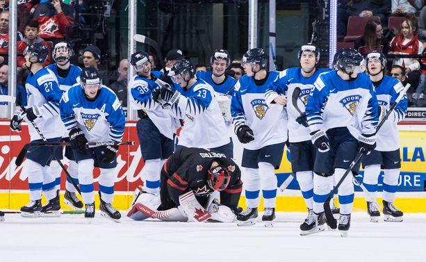 Näin vuosi sitten: Kanadan maalivahti Michael DiPietro on lyöty. Nuoret Leijonat juhlii MM-puolivälierän jatkoaikavoittoaan.