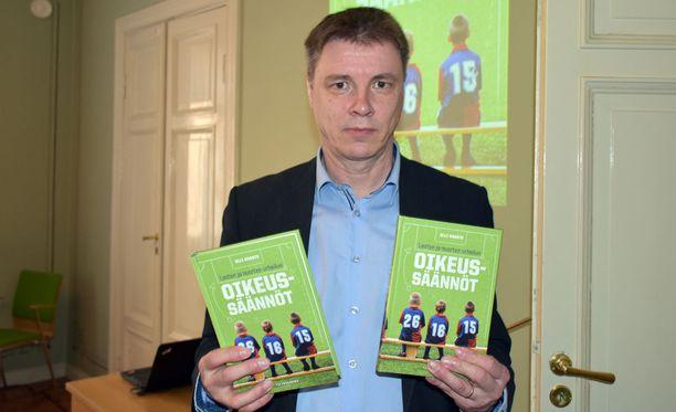 Varatuomari Olli Rausteen uutuusteos Lasten ja nuorten urheilun oikeussäännöt (Tietosanoma) julkaistiin tiistaina Helsingissä.