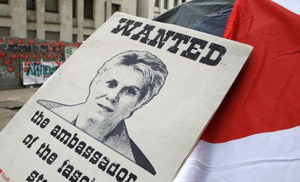 Nuorisojärjestö Nashi päätti ottaa oikeuden omiin käsiinsä ja tunkeutui Viron suurlähettilään lehdistötilaisuuteen.