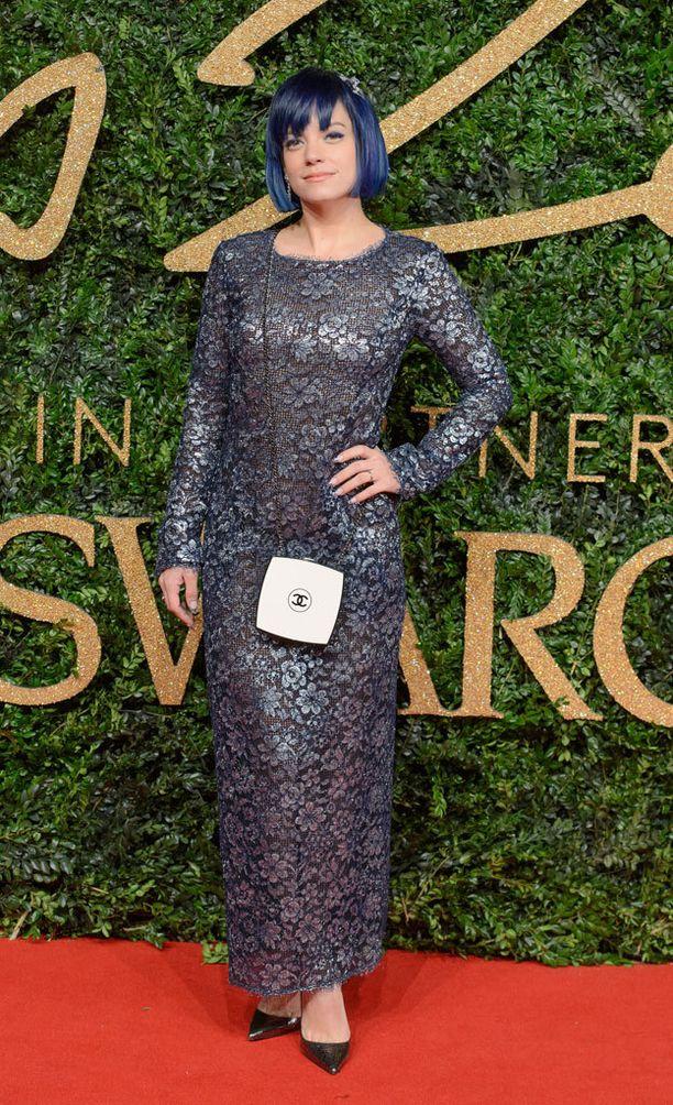 Lily Allenin metallinhohtoinen puku sopi täydellisesti tähden hiusväriin. Chanelin hauska rasialaukku kruunasi tyylin.