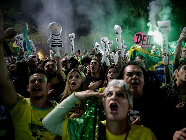 Bolsonaron kannattajat juhlivat vaalivoittoa Sao Paulon yössä.