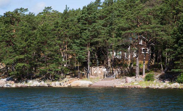 Airiston Helmen omistama Lilla Segellot sijaitsee Merivoimien suoja-alueen kyljessä. Vesialueiden osalta venäläisomistus ulottuu suoja-alueen sisäpuolelle.