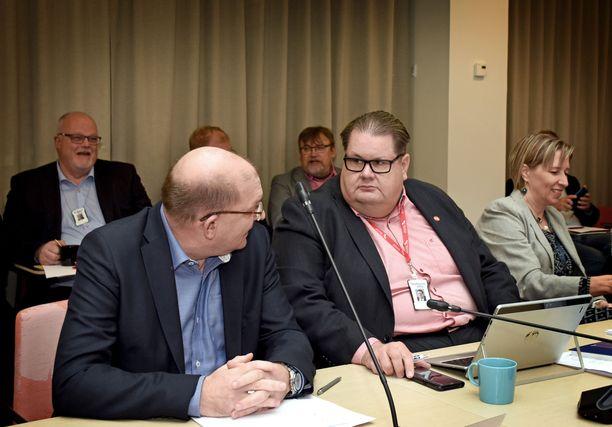 Teollisuusliiton puheenjohtaja Riku Aalto ja varapuheenjohtaja Turja Lehtonen odottelivat kokouksen alkua.