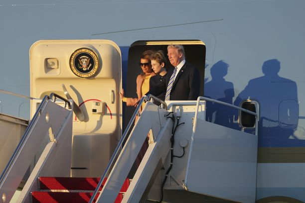 Barron Trump on usein kouluviikon jälkeen vanhempiensa kanssa viikonlopun vietossa perheen Floridan huvilalla. Kuvassa Barron ja presidenttipari astuvat ulos Air Force One -lentokoneesta Floridan Palm Beachin kansainvälisellä lentokentällä maaliskuussa 2018.