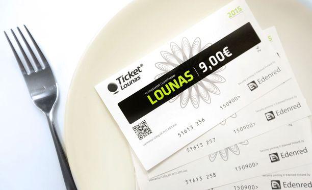 Lounassetelien ja -korttien käyttö tuottaa yllätyksiä, kun käytännöt vaihtelevat paljonkin.