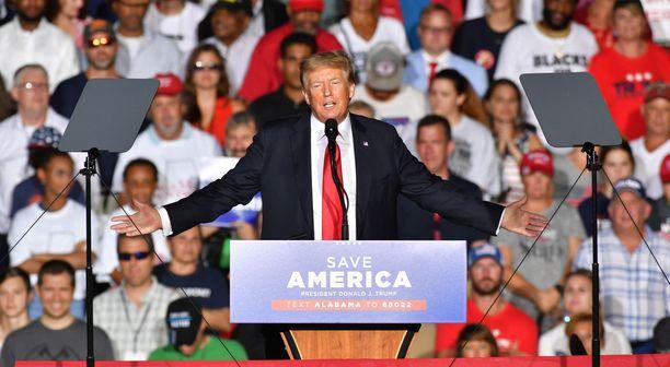 Entinen presidentti Donald Trump tilaisuudessa Alabamassa elokuussa.