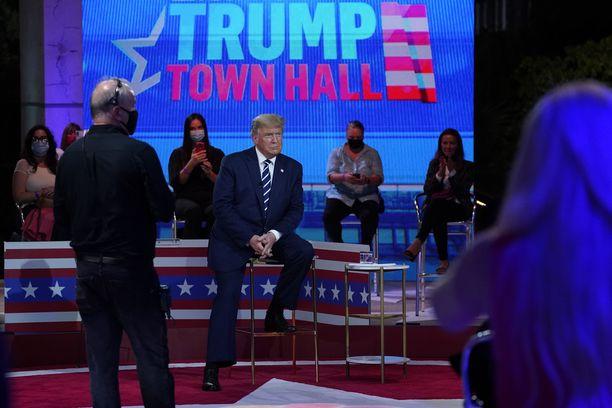 Baarijakkaralle istutettu Donald Trump vastasi yleisön kysymyksiin NBC-kanavalla.