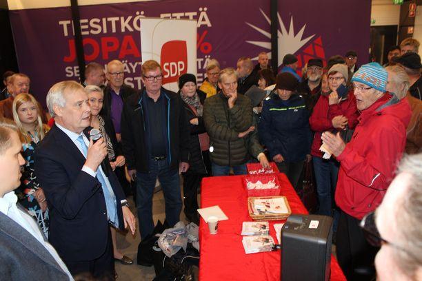 Keijo Hämäläinen haastoi pääministeri Antti Rinnettä Jyväskylässä.
