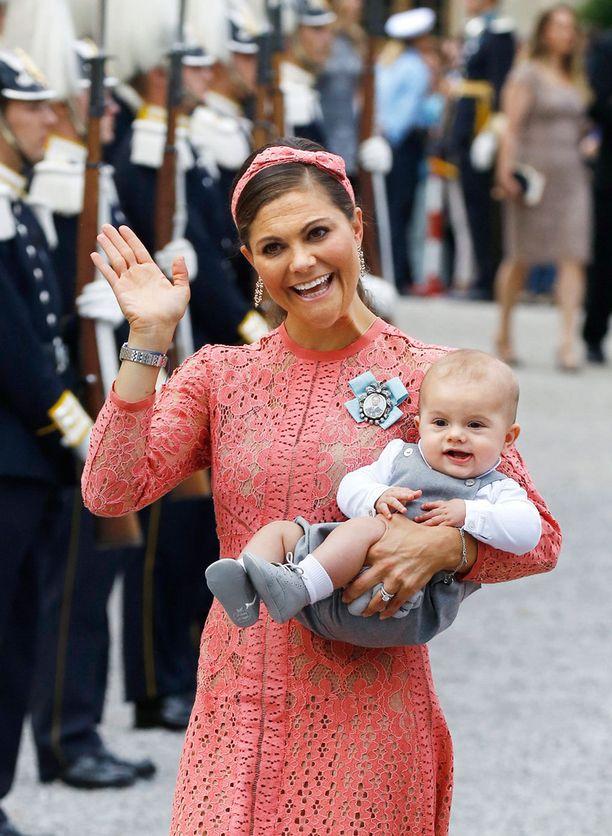 Hymyileväinen prinssi Oscar serkkunsa, prinssi Alexanderin ristiäisissä.