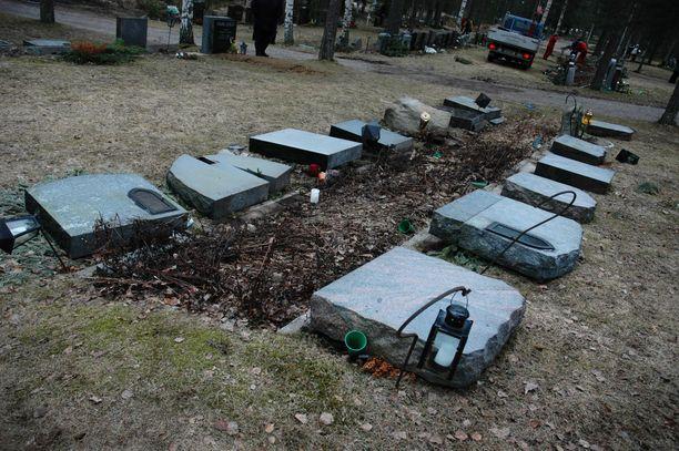 Hautarauhan rikkomispykälän säätämisaikaan Suomessa tehtiin paljon ilkivaltaa hautausmailla. Surun ja moraalin ohella ruumiin tärveleminen on merkityksellistä myös rikosoikeudellisesti. Arkistokuva vuodelta 2005.