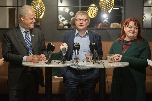 Kunta-alan neuvottelujen keskeiset toimijat: OAJ:n puheenjohtaja Olli-Pekka Luukkainen, Kunta-alan työmarkkinajohtaja Markku Jalonen ja Tehyn puheenjohtaja Millariikka Rytkönen.