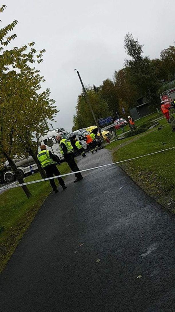 13 ihmistä loukkaantui, kun koululaisia kuljettanut pikkubussi ja maitoa kuljettanut rekka kolaroivat risteyksessä Suonenjoella.