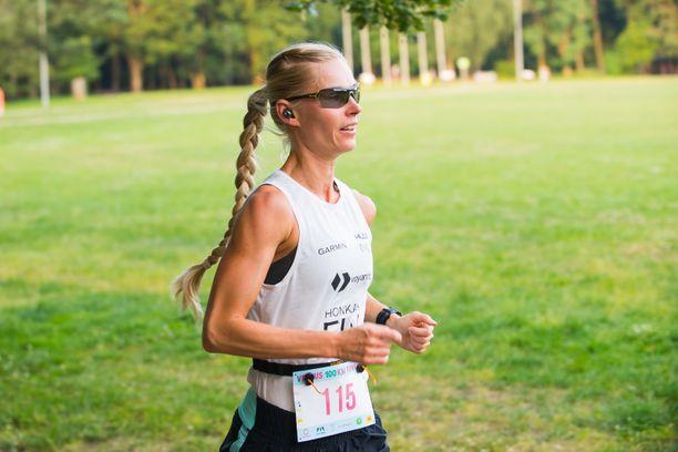 Noora Honkala juoksi 100 kilometriä uuteen ennätysaikaan.