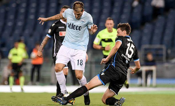 Sauli Väisänen pysäyttää Lazion Luis Alberton.