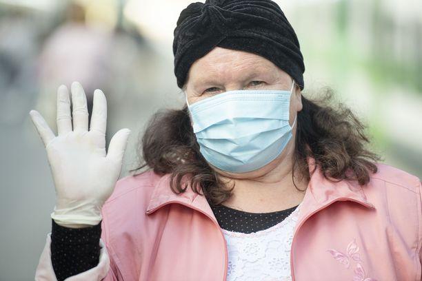 Kirjoittajan mukaan virusepidemiasta on muodostunut yleisölle epätarkka ja hähmäinen kuva – ikään kuin kaikilla ihmisryhmillä olisi yhtä suuri riski saada tartunta tai menehtyä siihen.