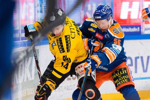 Juho Rautanen ja Balazs Sebok taistelivat kiekosta tammikuussa.