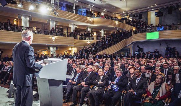 James Mattis piti puheen perjantaina. Niinistö teki muistiinpanoja eturivissä.