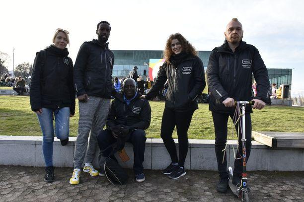 Leena Peisa, Omar Abdi, Keba Sabally, Rosa Iskalachi ja Tuomas Leppäniemi kiersivät vappuaattona nuorten suosimia juhlapaikkoja.