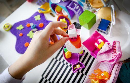 Mitä enemmän lelu antaa jonkun valmiin ehdotuksen siitä, miten sitä pitää käyttää, sitä vähemmän siinä on tilaa ihmisen luovuudelle, lastenpsykiatri sanoo.
