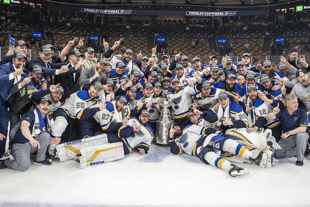 St. Louis Blues juhlii historiansa ensimmäistä mestaruutta NHL:ssä.