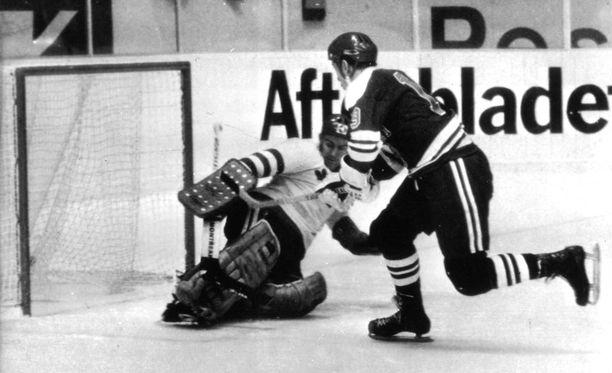 """Esa Isaksson teki Suomen avausmaalin Ruotsin Leif """"Honken"""" Holmqvistin taakse 1969 MM-kisoissa."""