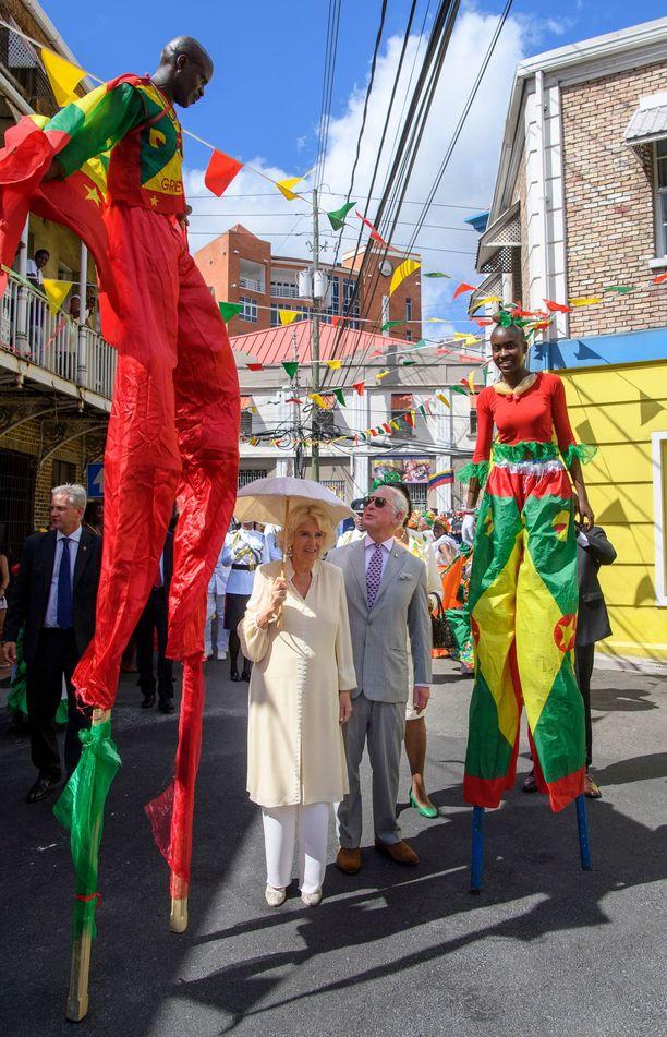 Kuninkaalliset pääsivät hämmästelemään taitavia puujaloilla käveleviä sirkustaiteilijoita.