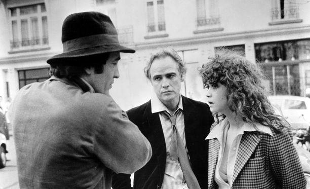 Ohjaaja Bernardo Bertolucci on myöntänyt, että hän suunnitteli raiskauskohtauksen Marlon Brandon kanssa salassa Maria Schneiderilta. Brando oli kohtausta kuvattaessa 48-vuotias ja Schneider vain 19-vuotias.
