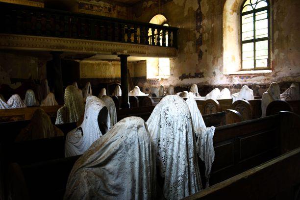 Kirkon aavenäyttely oli nuoren taiteilijan lopputyö taidekoulussa.
