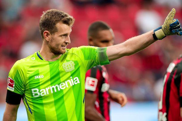 Lukas Hradecky kantaa käsivarressaan Bayer Leverkusenin kapteeninnauhaa.