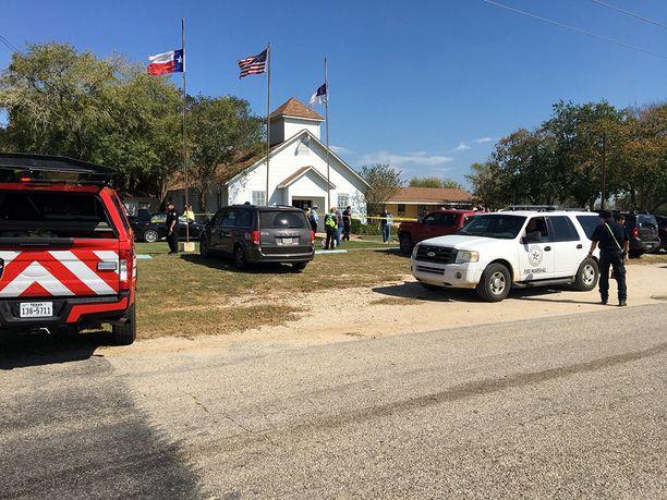 Vain neljänsadan asukkaan yhteisössä tapahtui sunnuntaina joukkoampuminen kirkossa.