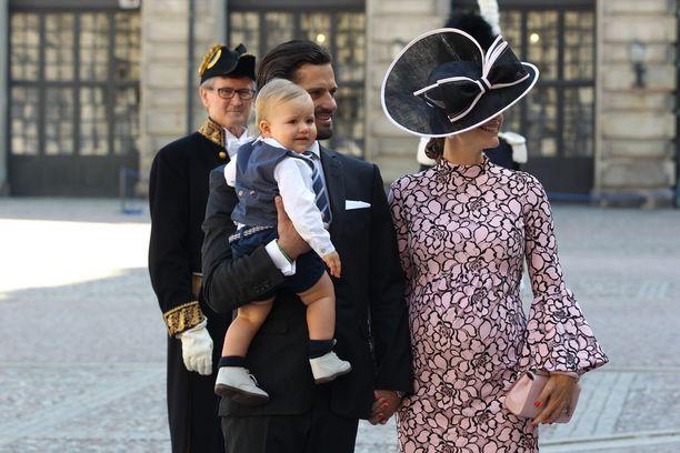Alexander näyttää jo tottuneen kuninkaalliseen juhlahumuun.