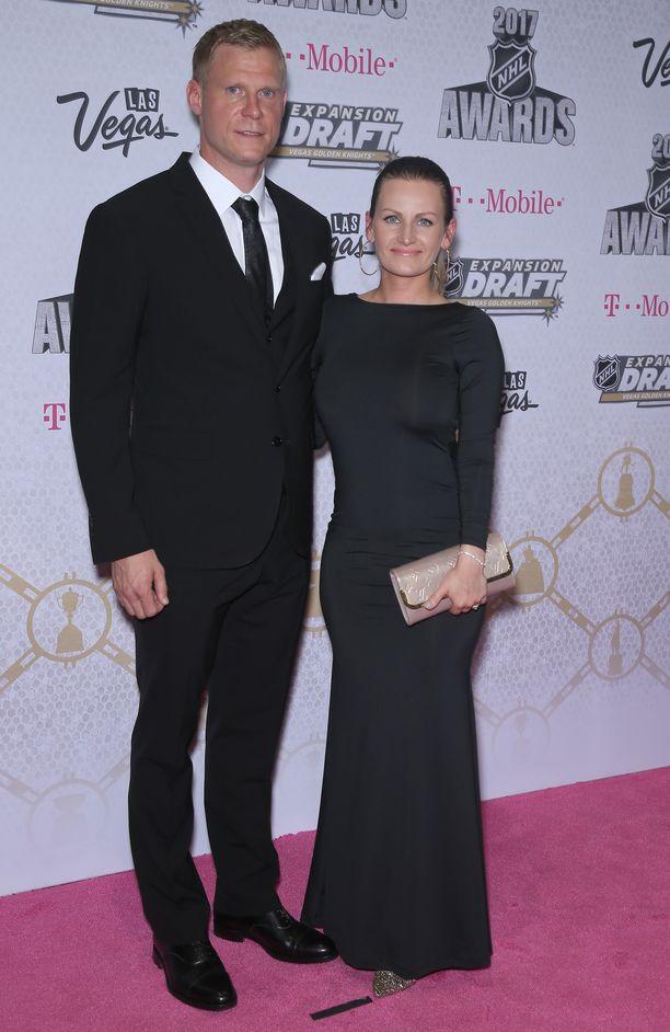 Mikko ja Helena Koivu NHL:n kauden päätöstilaisuudessa Las Vegasissa kesäkuussa 2017.